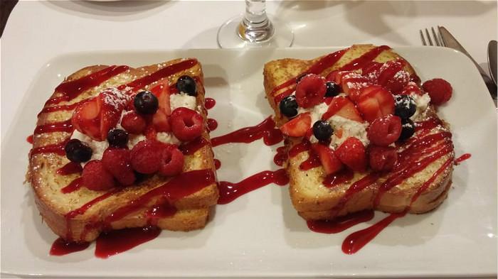 早午餐Sunny Side Up Stuffed French Toast